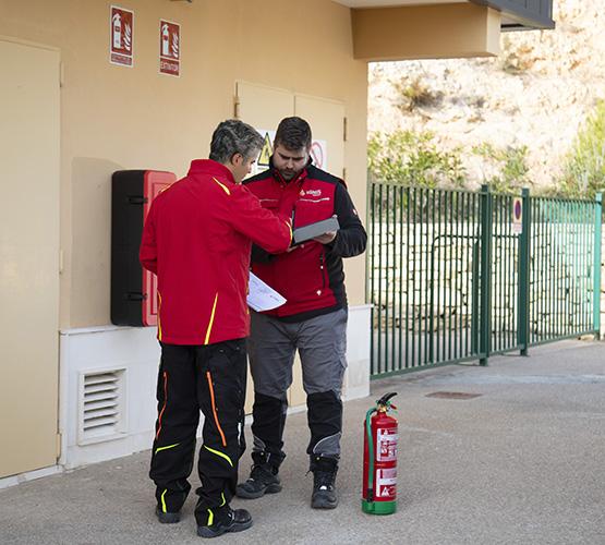 Mantenimiento correctivo de equipos contraincendios Ignis Sistemas dos tecnicos analizando fallos y mejoras
